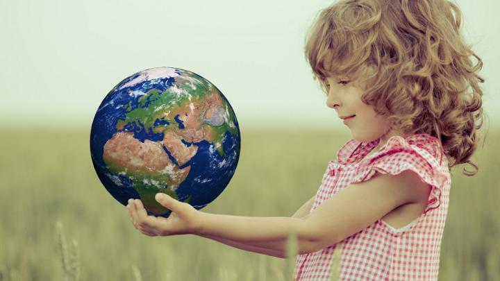 девочка держит земной шар