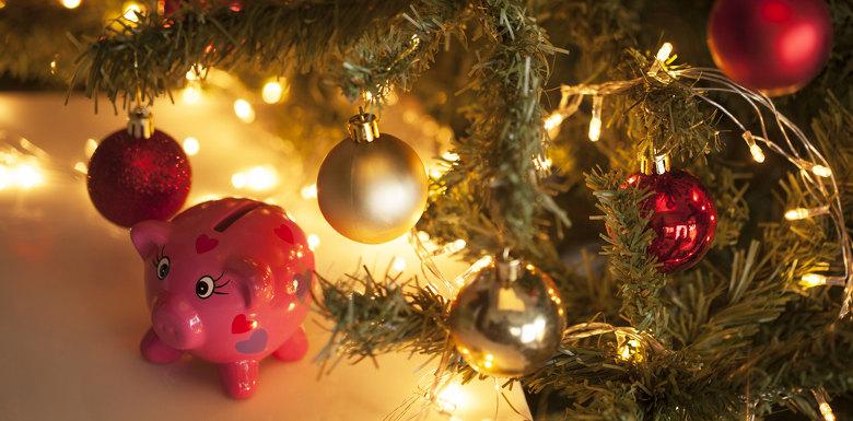 свинка копилка рядом с новогодней елкой