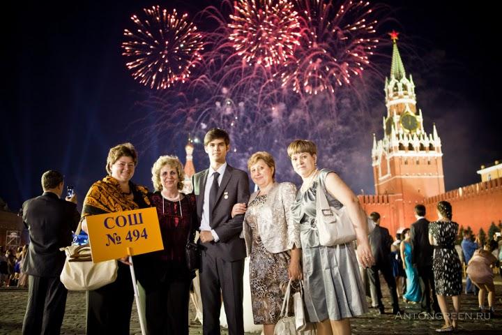 выпускник и учителя на фоне салюта в кремле
