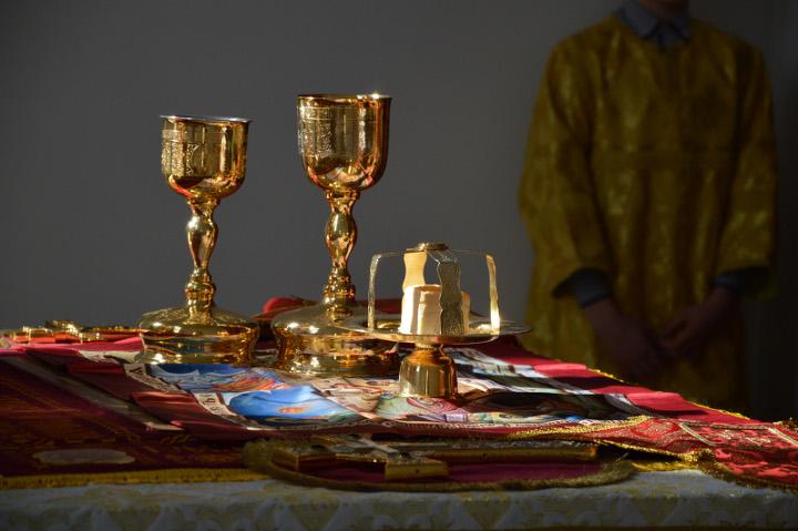 бокалы золотые на столе