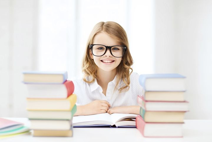 Школьница за учебниками