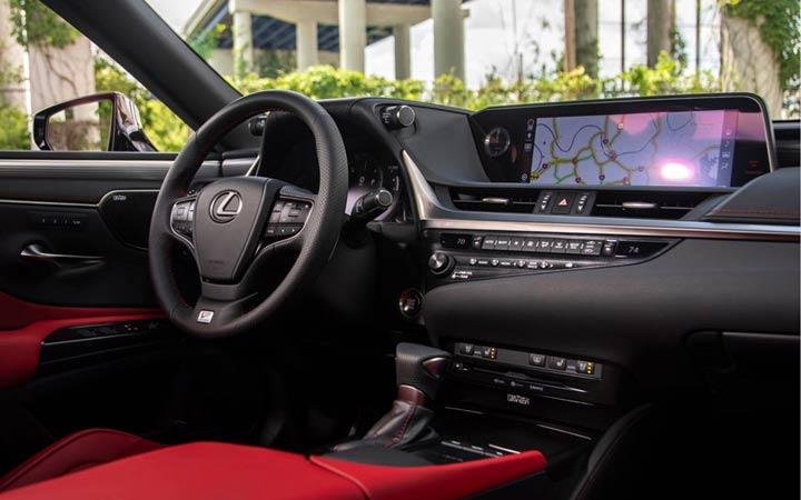 Интерьер обновленного седана Lexus ES 2019 года