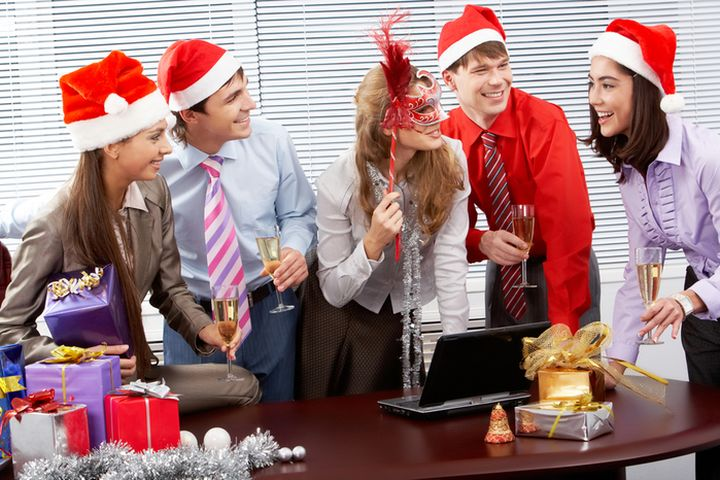 Коллеги раскрывают подарки