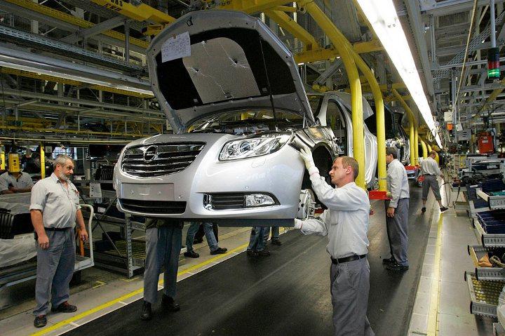 сборка машины на заводе