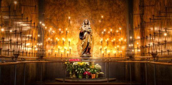 дева мария с младенцем в окружении свечей