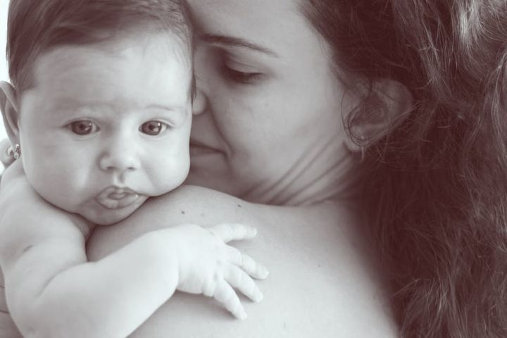 Новорожденный на руках у мамы