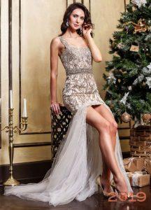 Бежевое новогоднее платье на 2019 год