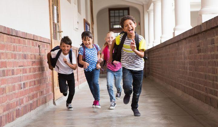 Ученики бегут по корридору