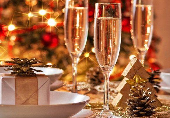 Новогодняя сервировка в золотых оттенках