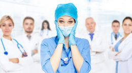 медсестра на фоне врачей