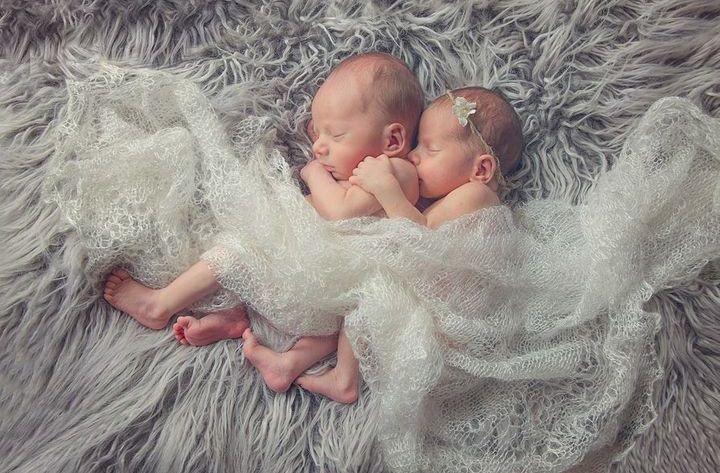 Двое новорожденных детей