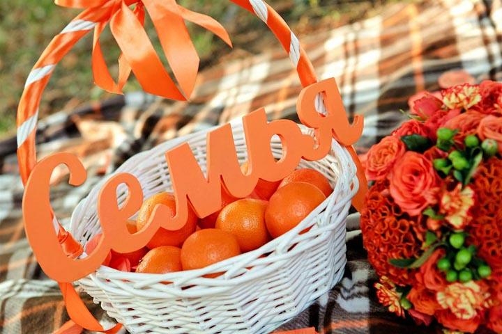 корзина с фруктами и надписью семья