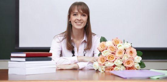 учитель с цветами за столом