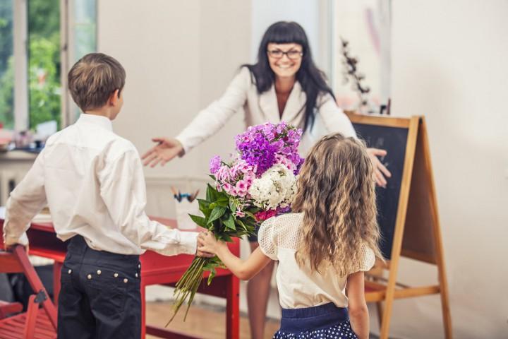 учитель встречает учеников