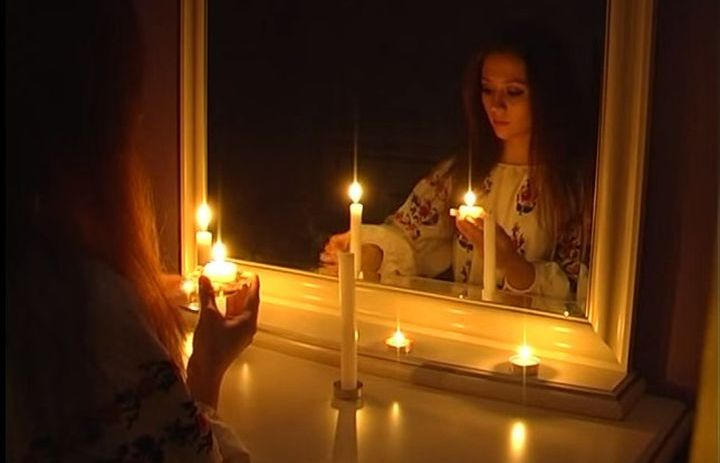 Девушка гадает с зеркалами