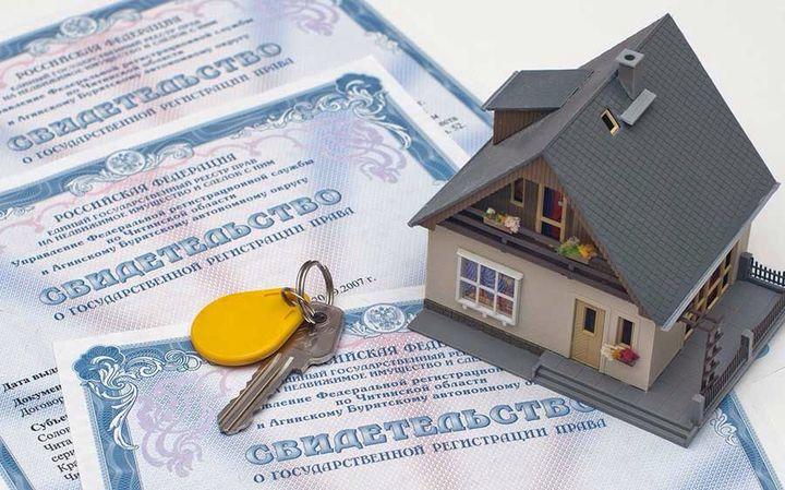 Ключи и свидетельство о праве собственности на жилье