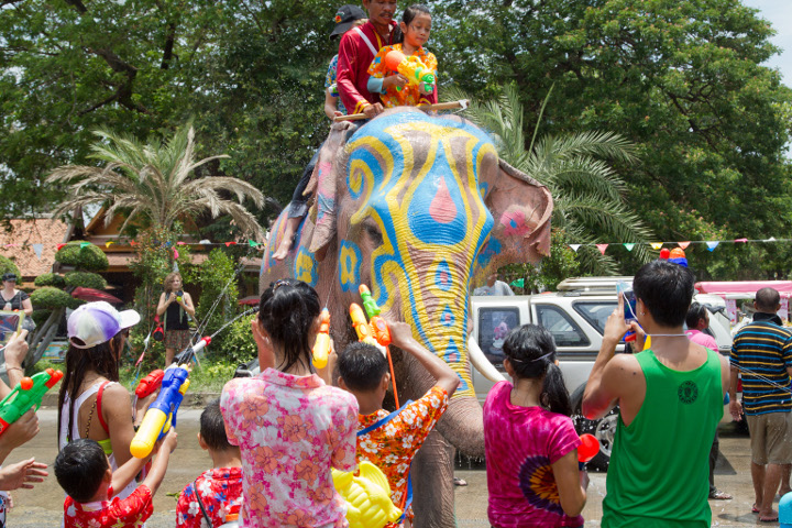 мужчина с детьми на слоне