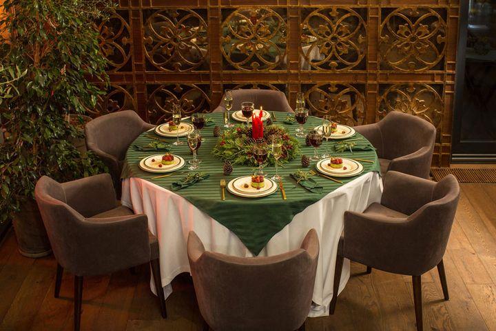 Зеленый цвет в сервировке новогоднего стола