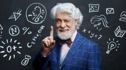 преподаватель на фоне доски с записями