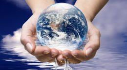 земной шар из воды в руках