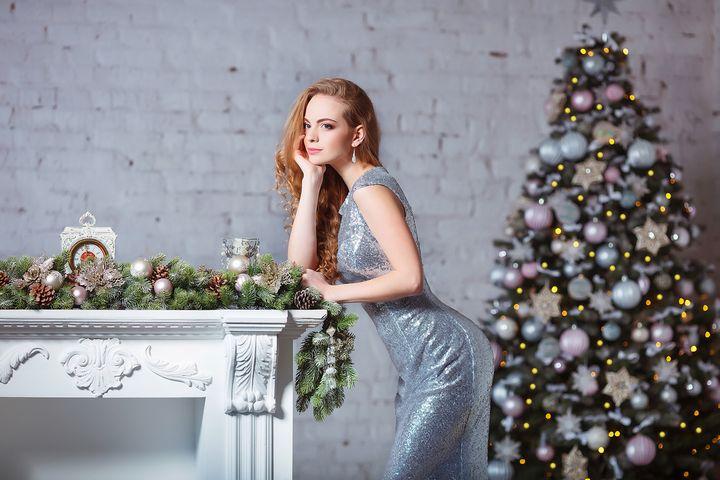 Красивая девушка у новогодней елки