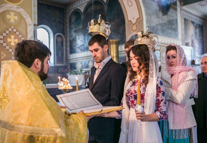 Пара венчается в церкви