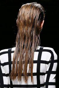 Укладка с эффектом влажных волос мода 2019 года