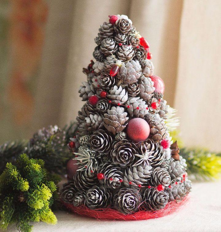 Новогоднее дерево из шишек