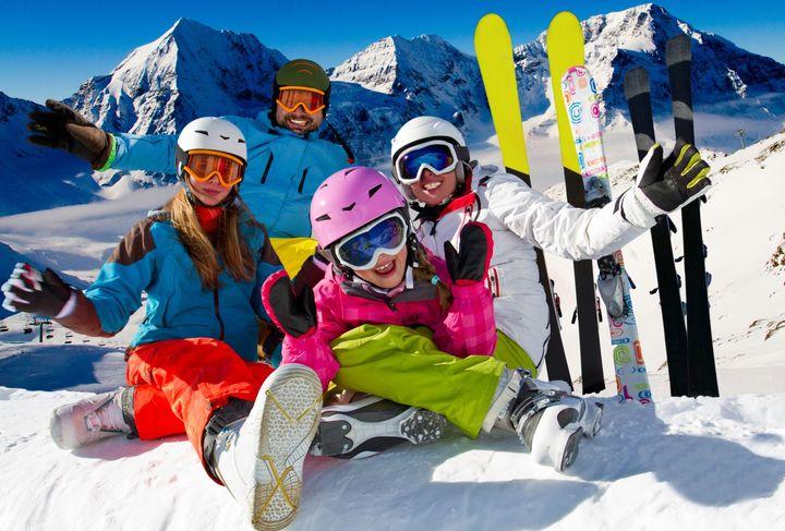 Семья на лыжном курорте
