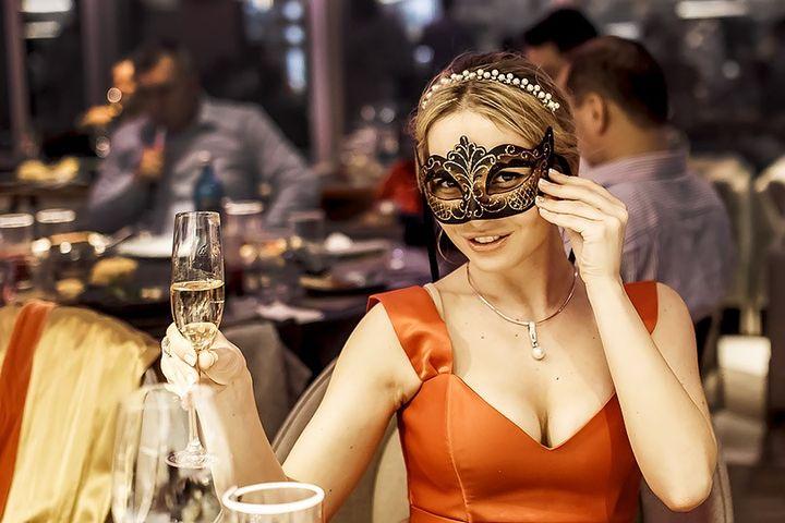 Девушка в маскарадной маске