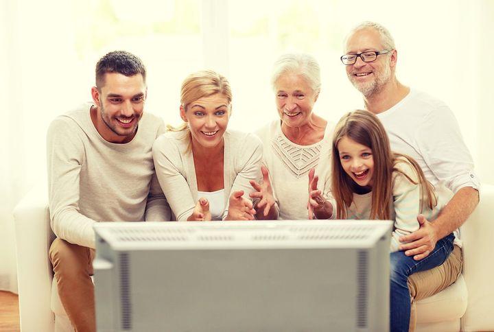 Семья смотрит сериалы