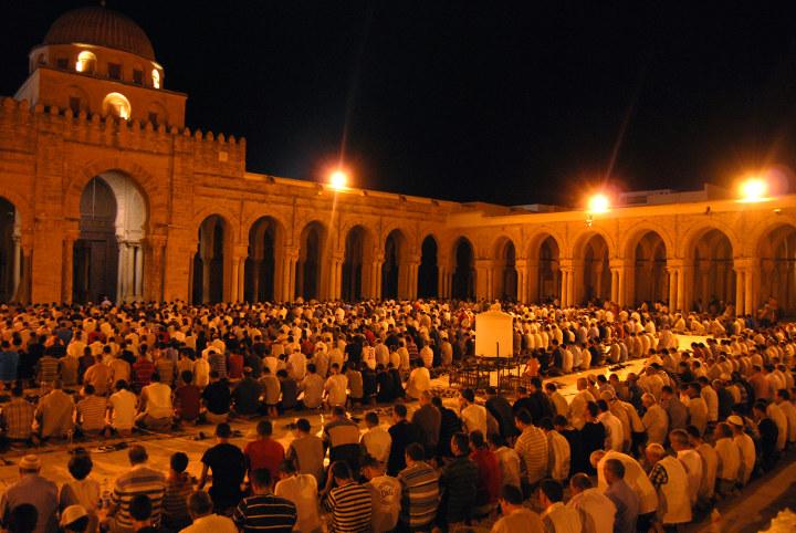 верующие у храма