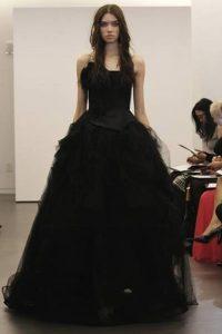 Модное черное подвенечное платье