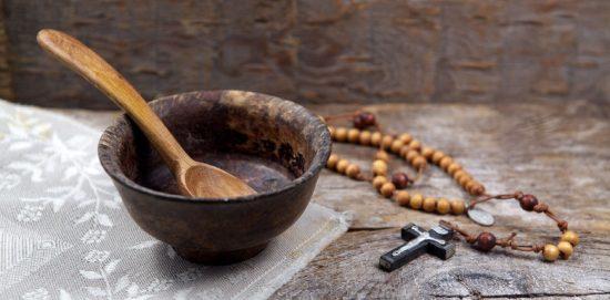 глиняная миска с деревяной ложкой и церковными четками