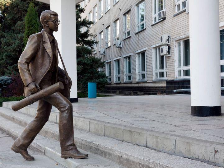 """Памятник """"Спешащий студент"""" г. Тольятти"""