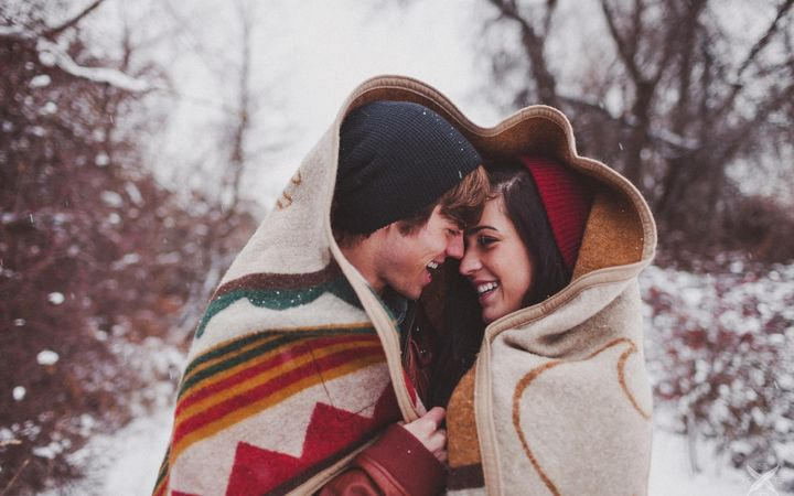 Влюбленная пара в зимнем лесу