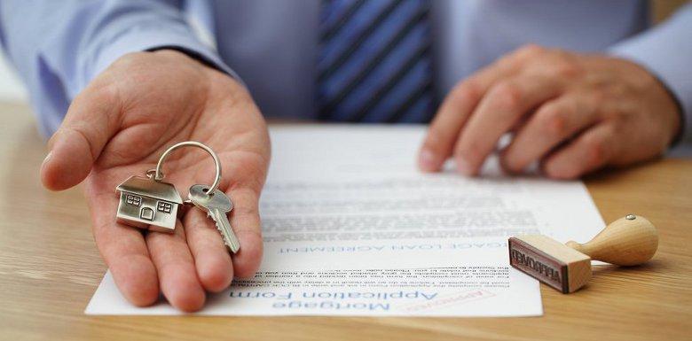 рука с ключами на договоре
