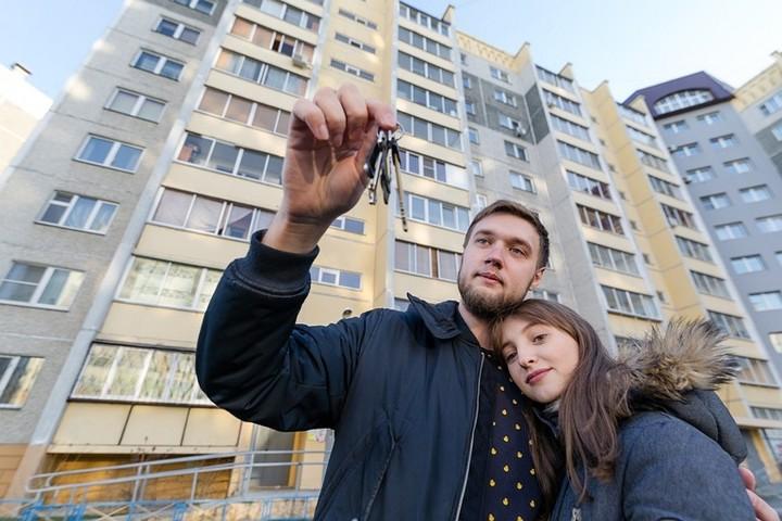 семья с ключами на фоне новостройки