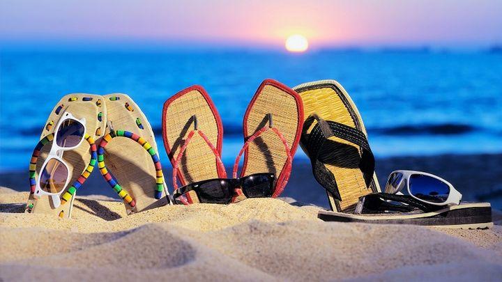 Пляжные тапочки в песке