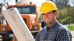 строитель с чертежом