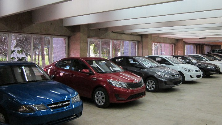 автомобили в салоне продаж