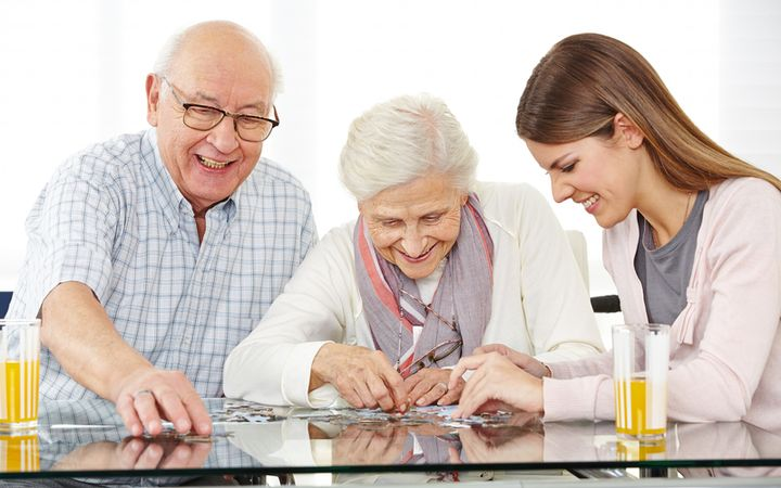 Социальный работник и два пенсионера