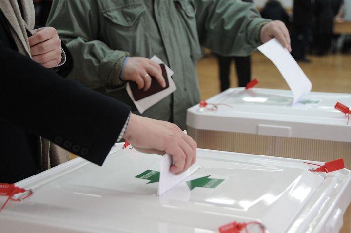 Люди на избирательном участке