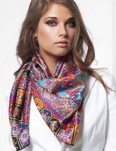 Стильный шарф из шелковой ткани