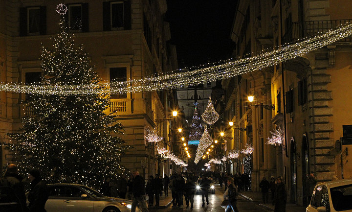 новогодние декорации на улицах Рима