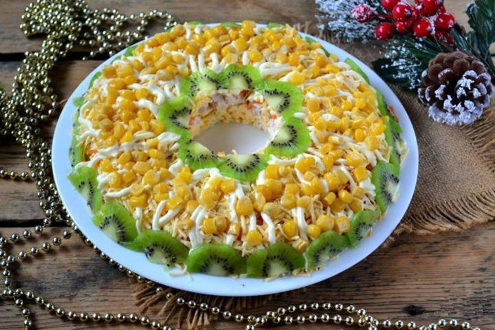 Новогодний салат с курицей и киви