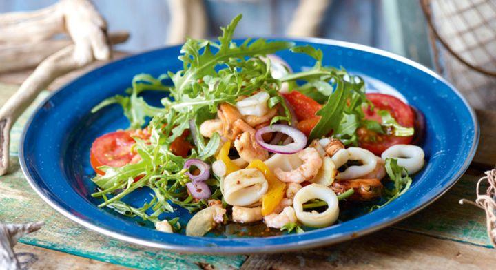 Новогодний салат с тунцом и овощами