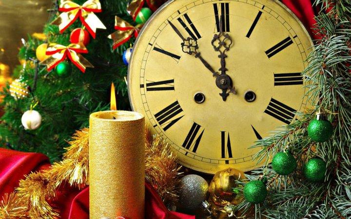 свеча, новогодний венок и часы