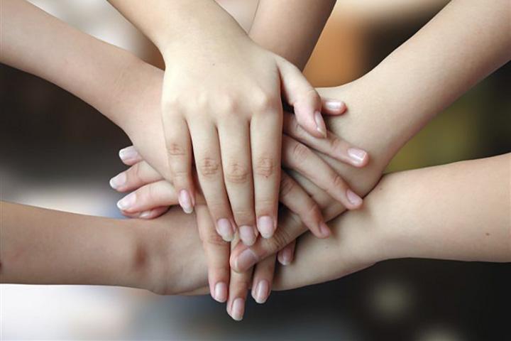 скрепленные руки между собой