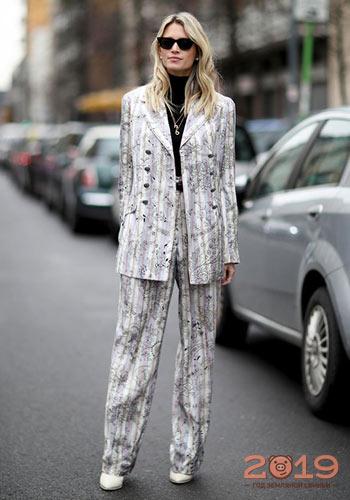 822101664cb Красивый женский костюм зима 2018-2019. Брючный костюм уличная мода ...